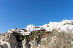 Widok Oia spod spodu, piękna wioska na powulkanicznej wyspie Santorini Fotografia Stock
