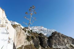 Widok Oia spod spodu, piękna wioska na powulkanicznej wyspie Santorini Zdjęcie Stock