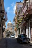 Widok oldtimer samochód z kolonialnymi balkonami i antycznym pałac dyktator Batista teraz rewolucji muzeum obrazy stock