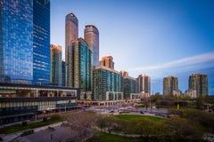 Widok Olimpijski park i nowożytni budynki w w centrum Toronto, O Obrazy Royalty Free