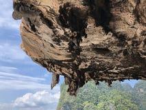 Widok opustoszała, czysta plaża na tle wieszać unikalne skały wyspa Tajlandia na jasnym dniu, sens obrazy royalty free