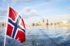 Widok Oslo z norweg flagą zdjęcia stock