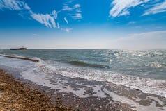 Widok otoczak plaża, ocean, fala i niebieskie niebo, Obrazy Stock