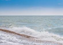 Widok otoczak plaża, ocean, fala i niebieskie niebo, Obraz Royalty Free