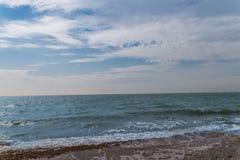 Widok otoczak plaża, ocean, fala i niebieskie niebo, Zdjęcie Stock