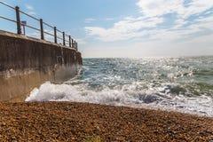 Widok otoczak plaża, ocean, fala i niebieskie niebo, Obrazy Royalty Free