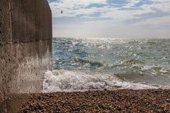 Widok otoczak plaża, ocean, fala i niebieskie niebo, Zdjęcia Stock