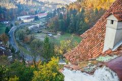 Widok Otrębiasta wioska od otręby kasztelu fotografia royalty free