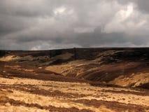 Widok oxenhope cumuje w zachodzie - Yorkshire z brown suchą trawą wrzosem przeciw popielatemu dramatycznemu chmurnemu niebu i zdjęcie royalty free
