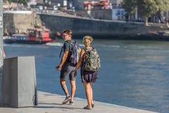 Widok pary odprowadzenie na dokach przy Douro rzeką zdjęcie royalty free