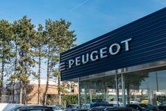 Widok Peugeot gatunku przedstawicielstwa handlowego sklep na niebieskiego nieba tle zdjęcie royalty free