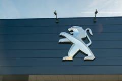 Widok Peugeot gatunku przedstawicielstwa handlowego sklep na niebieskiego nieba tle zdjęcia stock