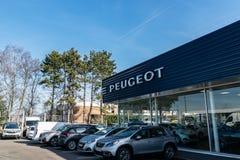 Widok Peugeot gatunku przedstawicielstwa handlowego sklep na niebieskiego nieba tle obraz stock