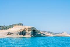 Widok piękna faleza i błękitny morze na Zakynthos wyspie Grecja Wakacje w Europa kosmos kopii dzień motyliego trawy sunny swallow fotografia royalty free