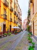 Widok piękna, kolorowa, wąska ulica w Bosa, prowincja Oristano, Sardinia, Zdjęcie Stock