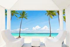 Widok piękna plaża przez balijczyka łóżka zdjęcia stock