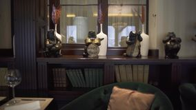 Widok piękny ciekawy luksusowy wnętrze restauracja z książkami, zwierzęce figurki z instrumentami muzycznymi zdjęcie wideo