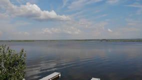 Widok piękny jezioro, piękne chmury nad jeziorem zdjęcie wideo