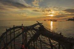 Widok piękny morze i niebo w ranku który połowu narzędzie w tajlandzkim stylu jako przedpole Zdjęcie Stock