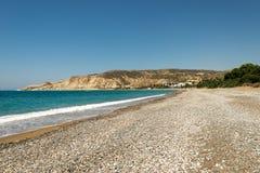 Widok Pissouri zatoki otoczaka plaża w pogodnym letnim dniu, Cypr Fotografia Stock