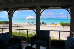 Widok plaża i morze przez komar sieci Long Island, Bahamas obrazy royalty free