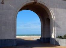 Widok plaża przez arkady Zdjęcia Royalty Free