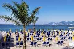 Widok plaża przy Cannes z krzesłami i parasols na białej piaskowatej plaży zdjęcia stock