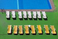 Widok plenerowy basen z słońc loungers z góry nasłonecznione czochry na wodzie obraz stock