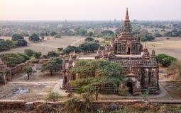 Widok Południowa Guni świątynia przez Północnego Guni Świątynnego okno w Bagan Obraz Stock