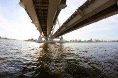 Widok pod dużym mostem zdjęcia stock