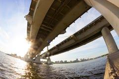 Widok pod dużym mostem obraz stock