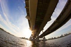 Widok pod dużym mostem fotografia stock