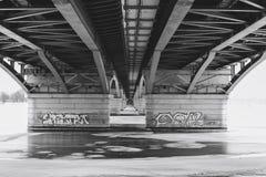 Widok pod mostem przy zamarzniętą wodą, czarny i biały wizerunek Chernavsky most Zdjęcia Stock
