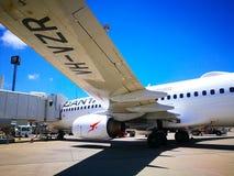 Widok pod płaskim lewym skrzydłem partii Qantas linii lotniczej samolotu domowy typ: Boeing 737 na pasie startowym obrazy royalty free