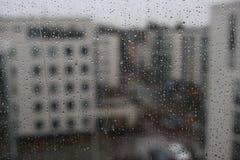Widok podczas okno na deszczowym dniu - raindrops na szkle Fotografia Stock