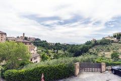 Widok pola otacza Siena od Targowego kwadrata ` piazza Del Mercato ` Zdjęcie Royalty Free