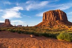 Widok Pomnikowa dolina przy półmrokiem, Utah, usa Obrazy Stock