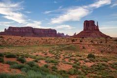 Widok Pomnikowa dolina przy półmrokiem, Utah, usa Zdjęcia Stock