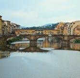 Widok Ponte Santa Trinita i Ponte Vecchio behind florence Włochy fotografia stock