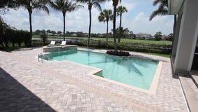 Widok powierzchowność luksusowy rówieśnika dom z pływackiego basenu i bujny zielenią uprawia ogródek Żadny ludzie zbiory wideo