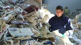 Widok pracuje w papierowej przetwarza fabryce pracownik zbiory wideo