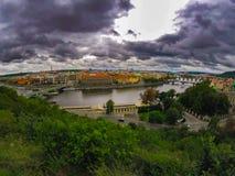 Widok Prague w fantastycznych powolnych chmurach zdjęcie royalty free