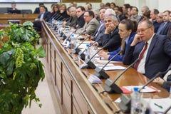 Widok prawa strona sala na Round stołu wyborach Zdjęcia Stock