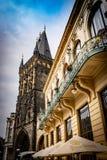 Widok prochowy wierza w Praga i strona Miejski dom obraz stock