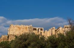 Widok Propylaea wejście akropolu teren na Ateny, Grecja przeciw jasnemu niebieskiemu niebu i greenery obraz stock