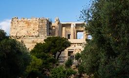 Widok Propylaea wejście akropolu teren na Ateny, Grecja przeciw jasnemu niebieskiemu niebu i greenery obrazy stock