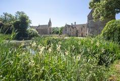 Widok przód Wielka Chalfield rezydencja ziemska patrzeje przez staw Obrazy Royalty Free