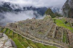 Widok Przegrany Incan miasto Mach Picchu blisko Cusco Niska chmura Zdjęcia Royalty Free