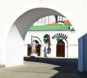 Widok przez łuku piwna restauracja Przy urząd miasta w górnym miasteczku dziejowy centrum Minsk fotografia royalty free