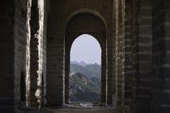 Widok przez ceglanego okno Forteczny Strażowy wierza Mutianyu, sekcja wielki mur Chiny podczas lata zdjęcia stock